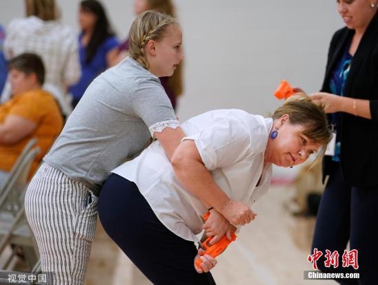 当地时间9月4日,美国犹他州一所学校的教师在开学前夕学习如何解除枪手的武器并进行反击。图片来源:视觉中国
