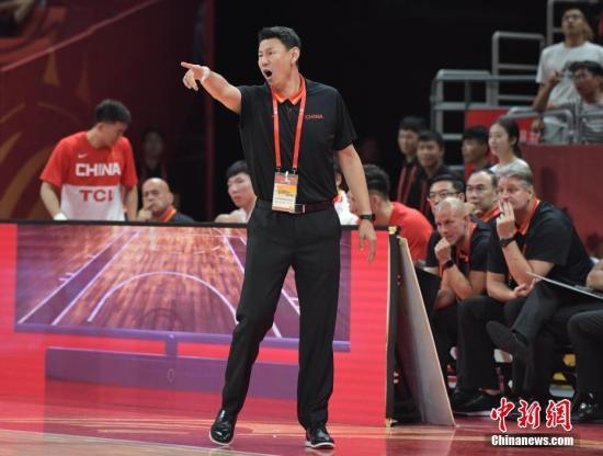 资料图:图为中国队主教练李楠在比赛中安排战术。中新社记者 崔楠 摄