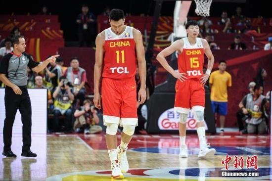 资料图:9月4日,2019男篮世界杯小组赛A组第三轮比赛在北京进行,中国队59比72负委内瑞拉队。图为中国队球员易建联(左)、周琦(右)表情失落。<a target='_blank' href='http://www.chinanews.com/'>中新社</a>记者 崔楠 摄