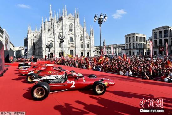 当地时间9月4日, 法拉利车队在意大利米兰大教堂广场庆祝自己建队90周年。