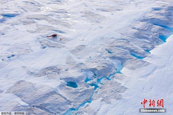 据报道,自2019年年初,格陵兰就开始融冰,入夏后的近四个月持续有大量冰川融化。丹麦气象研究所专家鲁思·莫特兰说,光是2019年7月,格陵兰冰川融化量高达1970亿吨,往年此时的融冰量仅约600亿至700亿吨。图为格陵兰冰盖。