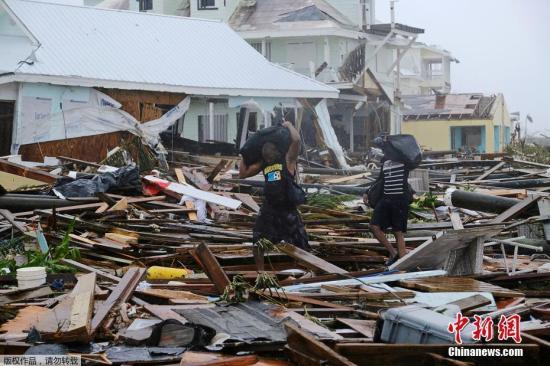 """当地时间9月4日,巴哈马群岛遭飓风""""多里安""""袭击后,灾区满目疮痍,一片狼藉。"""