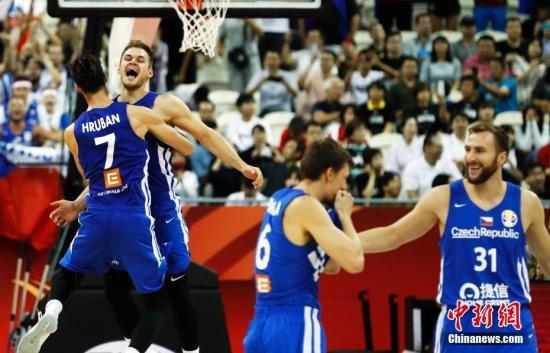 9月5日,2019年国际篮联篮球世界杯E组第三轮比赛在上海进行。捷克队以91比76战胜土耳其队,以小组赛三战两胜的成绩顺利晋级。汤彦俊 摄