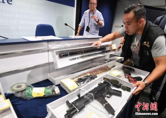 9月5日,香港警方在例行记者会上指出,近日开始发现有人携带疑似手枪,情况非常严重。图为警方展示于9月4日晚上在北角拘捕一名男子检获的相关证物,包括气枪及武士刀等。中新社记者 麥尚旻 摄