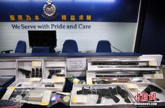 图为香港警方展示于9月4日晚上在北角拘捕一名男子检获的相关证物,包括气枪及武士刀等。<a target='_blank' href='http://www.chinanews.com/'>中新社</a>记者 麥尚旻 摄