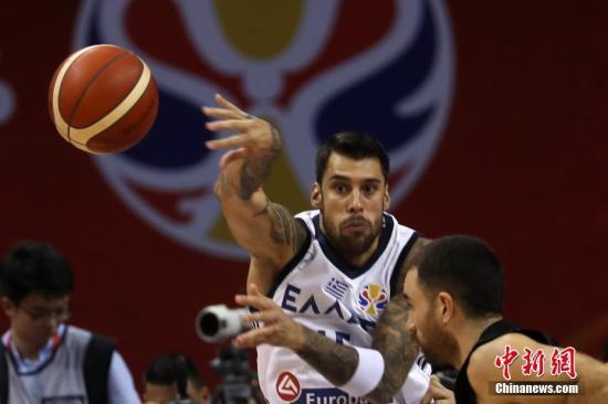 资料图:9月5日,希腊队球员普林特齐斯在比赛中投球。 中新社记者 泱波 摄