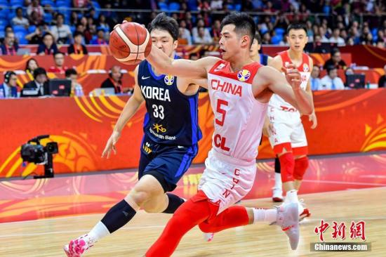 9月6日晚,中国队球员方硕抢断(前排右一)。当晚,2019年国际篮联篮球世界杯17-32名排位赛继续进行,在广州举行的M组一场比赛中,中国队(白)以77:73战胜韩国队(蓝)。中新社记者 陈骥旻 摄