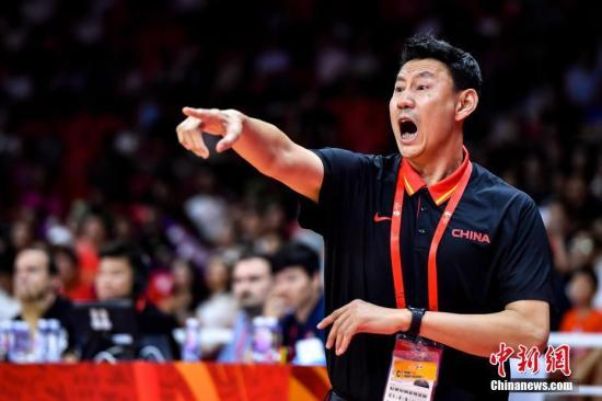 资料图:9月6日晚,中国队主教练李楠在场边指挥。当晚,2019年国际篮联篮球世界杯17-32名排位赛继续进行,在广州举行的M组一场比赛中,中国队(白)以77:73战胜韩国队(蓝)。<a target='_blank' href='http://vyif.cn/'>中新社</a>记者 陈骥旻 摄