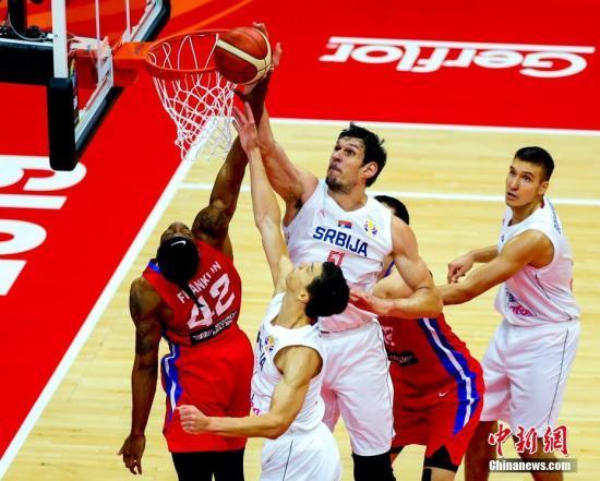 9月6日,塞爾維亞隊迎戰波多黎各隊。最終,實力強大的塞爾維亞以90-47戰勝波多黎各。圖為塞爾維亞球員馬揚諾維奇(中)籃下封蓋。<a target='_blank' href='http://www.migidea.com/'>中新社</a>記者 張暢 攝