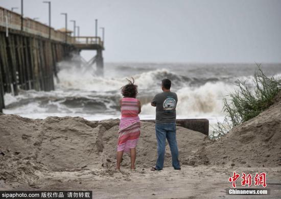 """材料图:本地工夫9月5日,飓风""""多里安""""打击好国,多天气候卑劣。正在沉扫过好国佛罗里达州、佐治亚州沿岸后,它已背北挪动至北卡罗去纳州查我斯顿市以北130英里处。估计6日飓风将靠近卡罗去纳地域的内地天带,将带去""""危及性命""""的风暴潮。本地逾100万人现已被请求强迫撤离。另据媒体报导,飓风""""多里安""""对佛州的影响较小。当日,奥兰多机场、迪斯僧天下、全球影乡等设备已颁布发表规复一般运营。图片滥觞:Sipaphoto 版权做品 制止转载"""