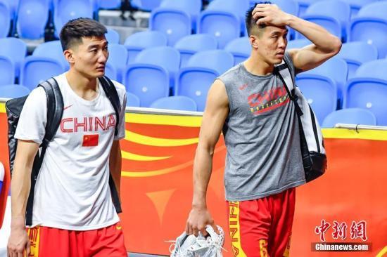 9月5日晚,广州体育馆,中国男篮球员郭艾伦(右)、孙铭徽(左)训练结束后离开球场。9月6日和8日,中国男篮将在广州与韩国队和尼日利亚队进行2019年国际篮联篮球世界杯17名至32名的排位赛。 中新社记者 陈骥�F 摄