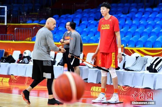 9月5日晚,中国男篮球员周琦(红衣)在广州体育馆训练。9月6日和8日,中国男篮将在广州与韩国队和尼日利亚队进行2019年国际篮联篮球世界杯17名至32名的排位赛。 中新社记者 陈骥旻 摄