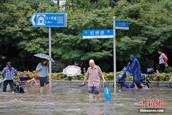 资料图:9月6日上午8时50分,上海中心气象台更新发布暴雨黄色、雷电黄色、台风蓝色预警信号。受强降水天气影响,上海部分路段出现严重积水,包括延安西路虹许路、虹许路古羊路、中环路吴中路上匝道等处,造成不同程度的车辆拥堵。殷立勤 摄