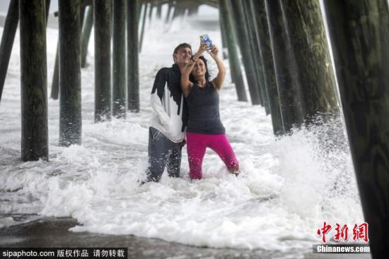 """本地工夫9月5日,飓风""""多里安""""打击好国,多天气候卑劣。正在沉扫过好国佛罗里达州、佐治亚州沿岸后,它已背北挪动至北卡罗去纳州查我斯顿市以北130英里处。估计6日飓风将靠近卡罗去纳地域的内地天带,将带去""""危及性命""""的风暴潮。本地逾100万人现已被请求强迫撤离。另据媒体报导,飓风""""多里安""""对佛州的影响较小。当日,奥兰多机场、迪斯僧天下、全球影乡等设备已颁布发表规复一般运营。图片滥觞:Sipaphoto 版权做品 制止转载"""