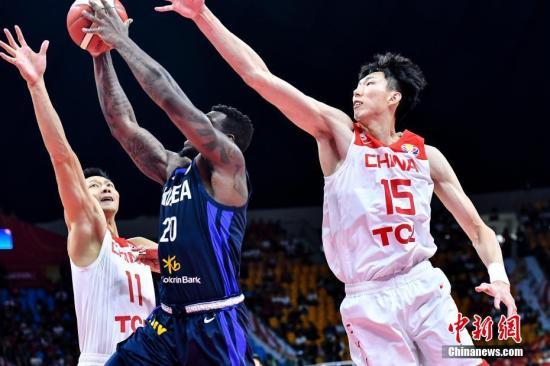 9月6日晚,中国队球员周琦(右一)、易建联(左一)封盖韩国队球员罗建儿的上篮。当晚,2019年国际篮联篮球世界杯17-32名排位赛继续进行,在广州举行的M组一场比赛中,中国队(白)以77:73战胜韩国队(蓝)。中新社记者 陈骥旻 摄