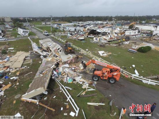 本地工夫2019年9月5日,好国北卡罗去纳州翡翠岛,本地遭龙卷风打击,衡宇受益严峻,供电中止。