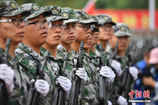 材料图:年夜门生军训。 a target='_blank' href='http://www.chinanews.com/'中新社/a记者 刘冉阳 摄