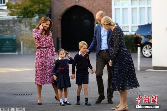 当地时间9月5日,英国夏洛特小公主在父母的陪同下前往伦敦著名的私立学校上学。