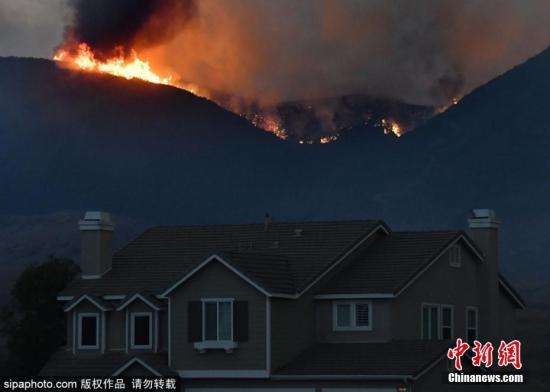 当地时间9月5日,美国加利福尼亚州穆里塔市森林大火蔓延,附近民众被强制疏散。