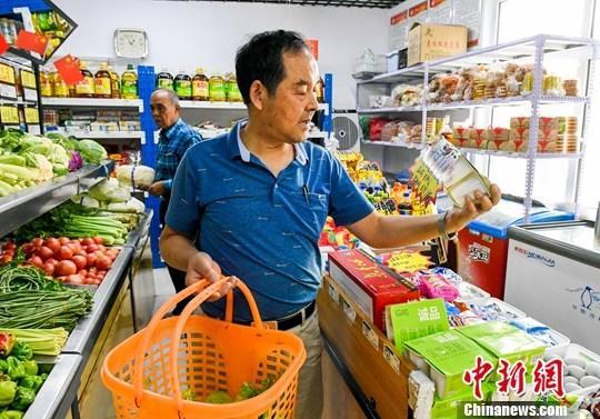 资料图:消费者选购食品。<a target='_blank'  data-cke-saved-href='http://www.chinanews.com/' href='http://www.chinanews.com/'>中新社</a>记者 刘新 摄