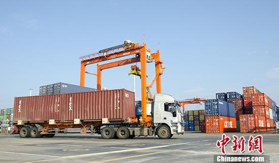 资料图:一辆货车在广西钦州保税港区集装箱码头作业。 <a target=