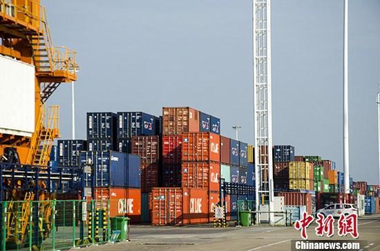 """9月5日,广西钦州保税港区集装箱码头作业区。钦州港作为广西北部湾港的重要组成部分,今年上半年集装箱吞吐量突破100万标箱,实际完成126.9万标箱。如今,钦州已建成运营钦州铁路集装箱中心站,打通了海铁联运的""""最后一公里"""",年装卸能力由15万标箱跃升至105万标箱。在港口航线、海铁联运班列方面,已建成39个万吨级泊位,开通42条内外贸集装箱航线,覆盖了亚洲所有重要港口。 <a target='_blank' href='http://nepile.com/'>中新社</a>记者 翟李强 摄"""