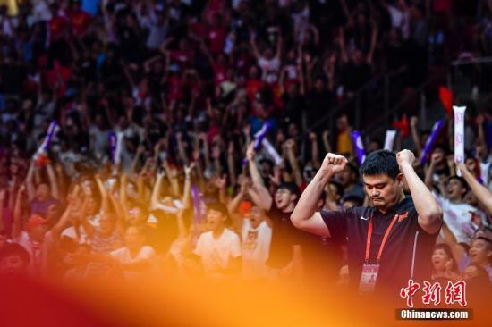 中国篮球协会主席姚明在场边举手庆祝。中新社记者 陈骥旻 摄