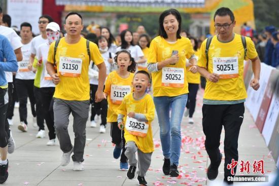 资料图:欢乐的亲子跑。<a target='_blank' href='http://www.chinanews.com/'>中新社</a>记者 刘冉阳 摄