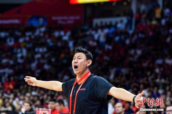 如今的中国男篮主帅李楠,正是中国队首次跻身奥运八强的主将之一。(资料图:图为2019年男篮世界杯,中国队主教练李楠在球场边指挥球员。中新社记者 陈骥旻 摄)