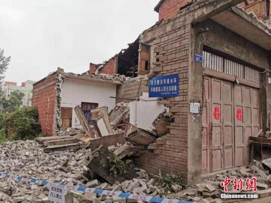 图为在地震中受损垮塌的民房。内江消防 供图