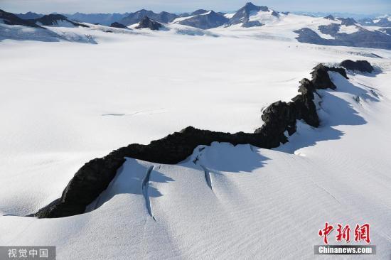 资料图片:气候变暖导致冰川体积持续下降。