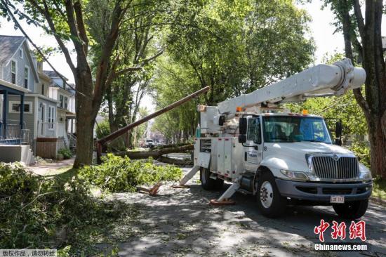 """本地工夫2019年9月8日,减拿年夜新斯科舍,""""多里安""""打击减拿年夜年夜西洋沿岸地域,吹倒树木、形成逾37万人无电可用,新斯科舍省尾府哈利法克斯(Halifax)郊区一个修建起重机也被吹翻。减拿年夜飓风中间暗示,""""多里安""""今朝是激烈后寒带风暴,以每小时150千米风速经由过程哈利法克斯。法新社引述本地民员道法暗示,""""多里安""""已正在诺省带去100毫米雨量,8日雨量恐翻倍。"""