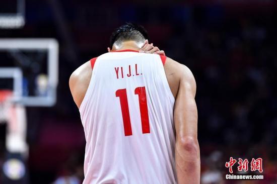 9月8日晚,中国队球员易建联在比赛中。当晚,2019年国际篮联篮球世界杯17-32名排位赛继续进行,在广州举行的M组一场比赛中,中国(白)73比86不敌尼日利亚(绿)。