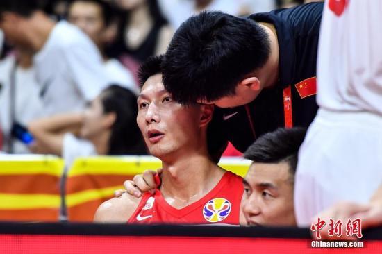 9月8日晚,中国篮球协会主席姚明(左二)在场边与中国队球员易建联(左一)交谈。当晚,2019年国际篮联篮球世界杯17-32名排位赛继续进行,在广州举行的M组一场比赛中,中国(白)73比86不敌尼日利亚(绿)。<a target='_blank' href='http://www.chinanews.com/'>中新社</a>记者 陈骥旻 摄