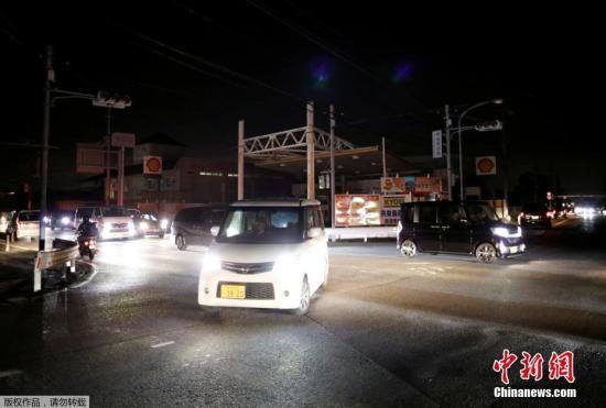 """当地时间9月9日,受到第15号台风""""法茜""""影响,以日本千叶县为中心出现的暴风等级达到史上最高记录。日本警方称,截至当地时间晚上6点半,台风已致东京都及神奈川县2人死亡,首都圈及静冈县地区共61人受伤。另据东京电力公司消息称,受第15号台风影响,千叶县和神奈川县等地大约93.49万户居民家中停电,而且""""9日很难全面恢复""""。东京电力公司表示,停电原因是千叶县君津市的两座电塔被吹倒,以及各地的电线杆及电线都出现了损伤。路上到处都是被吹倒的树木,很难靠近现场维修。图为日本千叶县处于大规模停电状态。"""