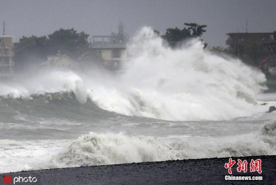"""当地时间9月8日,日本中部地区,台风""""法茜""""抵达静冈海岸后引发巨浪。图片来源:ICphoto"""