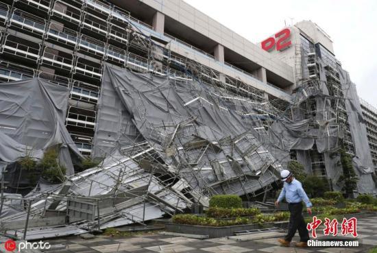 """当地时间2019年9月9日,日本东京,第15号台风""""法茜""""登陆日本,带来强风暴雨,羽田机场车库的临时脚手架坍塌。 圖片來源:ICphoto"""