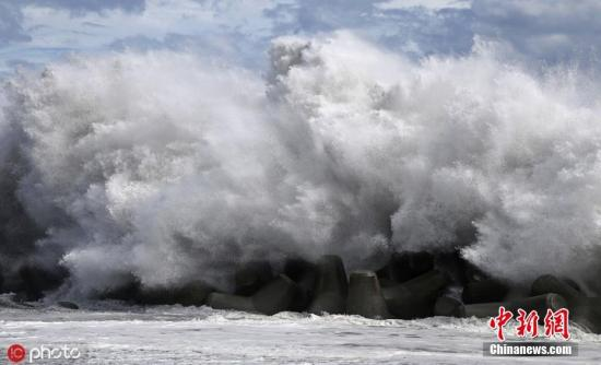"""当地时间9月8日,日本中部地区,台风""""法茜""""抵达静冈海岸后引发巨浪。圖片來源:ICphoto"""