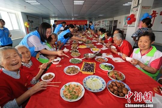 资料图:中秋节社区老人欢聚一堂。发 陈海燕 摄