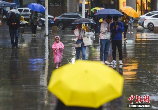 材料图:公众撑伞出止。a target='_blank' href='http://www.chinanews.com/'中新社/a记者 刘新 摄