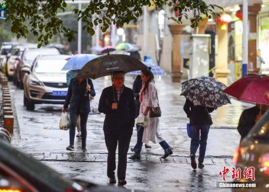 西南地区东部陕西南部多阴雨天气 华南南部有较强降水