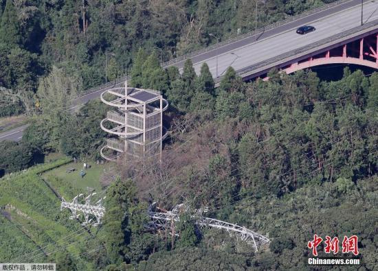 """当地时间9月9日,日本千叶县,台风吹倒的电线杆。据报道,日本首都圈9日遭遇今年第15号台风""""法茜""""直接袭击,东日本铁路公司(JR东日本)的普通铁路从始发列车开始实施大规模停运,交通网出现混乱,至少约120万人受到影响。灾情陆续出现,导致至少3人死亡,约50人受伤。此外,输电线路铁塔倒塌等导致约93万户停电。"""