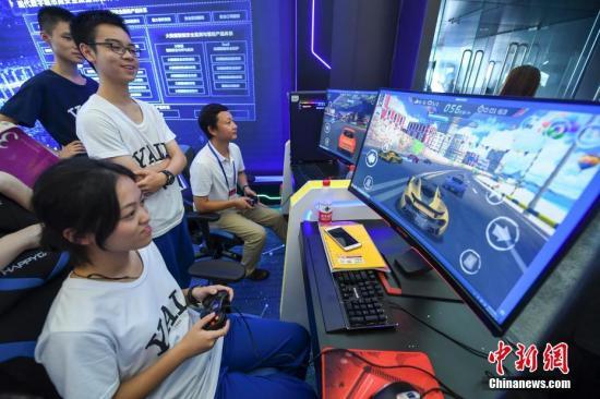 9月10日,2019世界计算机大会在湖南长沙开幕。图为参观民众体验电子游戏。中新社记者 杨华峰 摄