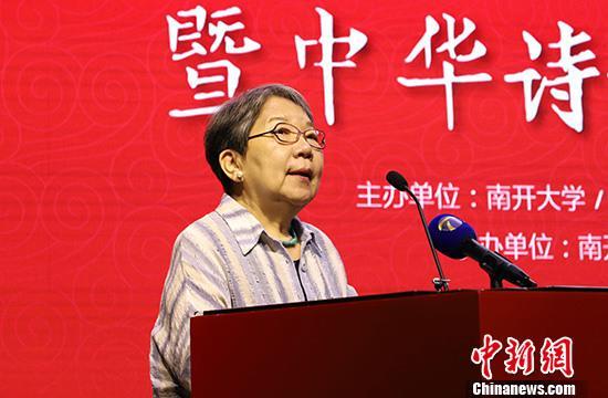 """9月10日,""""叶嘉莹教授归国执教四十周年暨中华诗教国际学术研讨会""""在天津南开大学开幕,来自国内外数百位代表出席。图为著名诗人、画家席慕蓉致辞。 中新社记者 张道正 摄"""