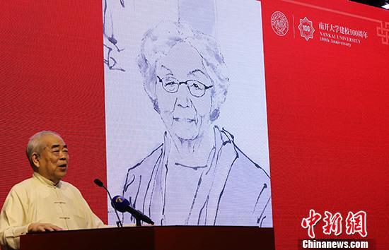 """9月10日,""""叶嘉莹教授归国执教四十周年暨中华诗教国际学术研讨会""""在天津南开大学开幕,来自国内外数百位代表出席。图为画家、南开大学终身教授范曾展示其为叶嘉莹创作的画像。 中新社记者 张道正 摄"""