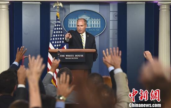 当地时间9月9日,美国海关和边境保护局代局长马克·摩根白宫举行的发布会上称,美国8月份逮捕或被拒入境移民6.4万,这与5月14.4万人的峰值相比下降了56%。中新社记者 陈孟统 摄