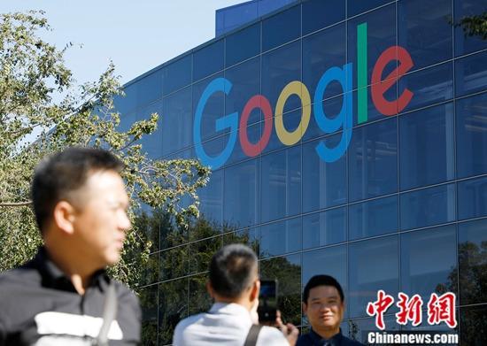 图为9月5日,游客在位于北加州山景城的谷歌总部拍照留念。(资料照片)中新社记者 刘关关 摄