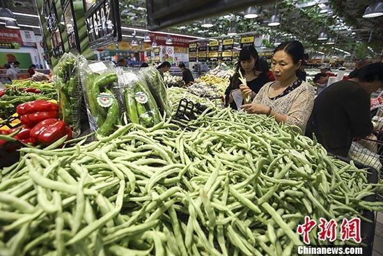 材料图:民众在超市选购蔬菜。 记者 张云 摄