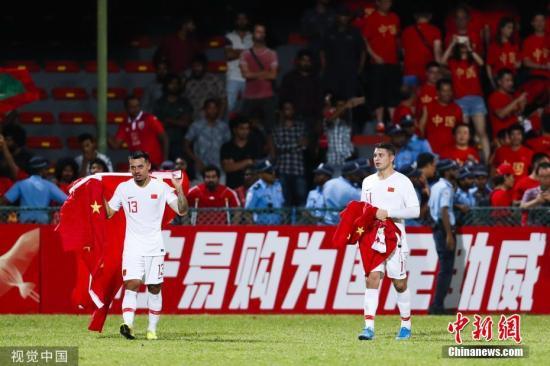 资料图:北京时间9月10日晚,2022年世界杯亚洲区预选赛40强赛,中国队客战5球大胜马尔代夫队。上半时李磊助攻吴曦首开记录,随后武磊扩大比分,下半场杨旭点射破门,归化球员艾克森梅开二度,最终国足以5:0的比分取得开门红。图为归化球员艾克森和李可赛后在中国队球迷区答谢到场球迷。图片来源:视觉中国