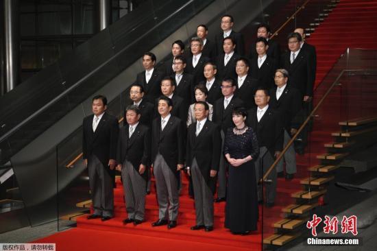 日本首相安倍晋三9月11日对内阁再次进行改组。19名内阁成员中,除副首相兼财务大臣麻生太郎和官房长官菅义伟留任外,另外的17名阁僚均有变动。新的内阁成员中,首次入阁的成员有13人,是历次安倍内阁改组中新进成员最多的一次。此外,新内阁成员中还有两位女性阁僚,一位是被任命为总务大臣的高?#24615;?#33495;,另一位是被任命为?#30053;?#22823;臣兼女性活跃担当大臣的桥本圣子。